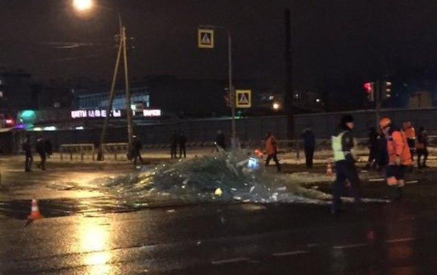 ВКрасногвардейском районе фура «рассыпала» стекла попроезжей части