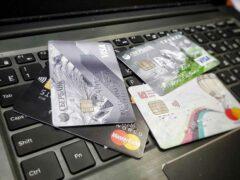 В Омске мошенник похитил с карты пенсионерки более 100 тысяч рублей