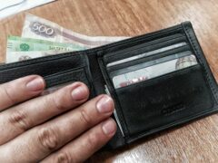 Барнаульский карманник вытащил из куртки пенсионерки 15 тысяч рублей