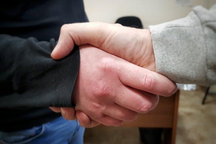 __ договор, сделка, рукопожатие
