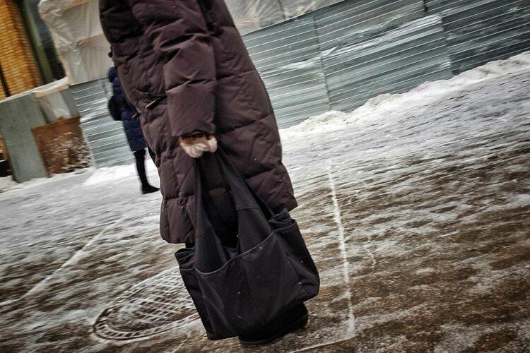 __ зима, гололед, сумка, прохожий