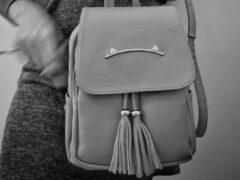 В Улан-Удэ грабитель в белых унтах отобрал сумку у женщины