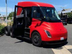 Тягач Tesla Semi замечен в Калифорнии на парковке