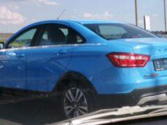 Lada Vesta Cross заметили в новом голубом цвете