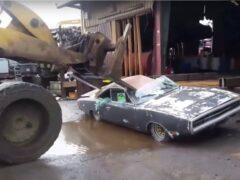 Владелец Dodge Charger не смог продать авто и раздавил его бульдозером