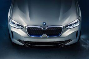 BMW назовет свой новый электрический кроссовер iX