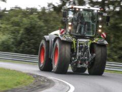 На видео показали скоростной заезд трактора на Нюрбургринге