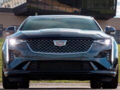 Cadillac озадачил владельцев модели CT4 неправильными шильдиками