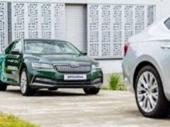 Skoda научила одного водителя управлять двумя автомобилями