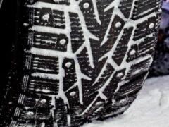 Пять ошибок водителей, из-за которых из шин вылетают шипы