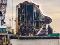 Затонувший корабль с автомобилями распилили гигантской пилой