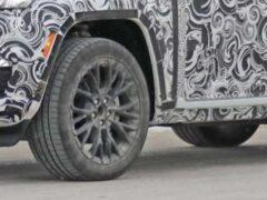 Трехрядный Jeep Grand Cherokee начал понемногу «раздеваться»