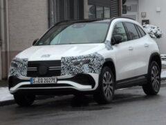 Появились фото прототипов электрокроссов Mercedes EQA и EQB на тестах